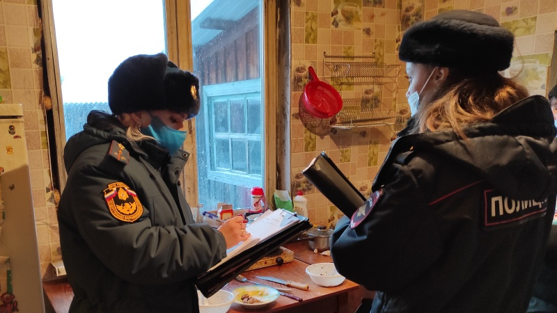 В праздничные дни сотрудники МЧС и полицейские проводят профилактические рейды по местам проживания неблагополучных семей